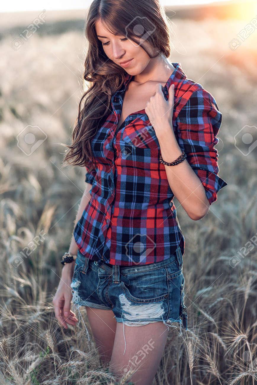 9eb123fb2c320 Corrige el cabello largo. En una camisa y pantalones cortos. Un día soleado  mujer morena