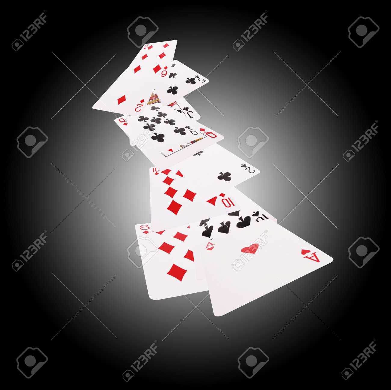 Jeu De Cartes à Jouer Pour Le Poker Et Le Casino Isolé Sur Fond Blanc Noir