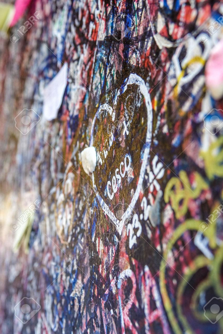 World Famous Love Graffiti And Writings On The Wall At Juliet - Graffitis-en-casa