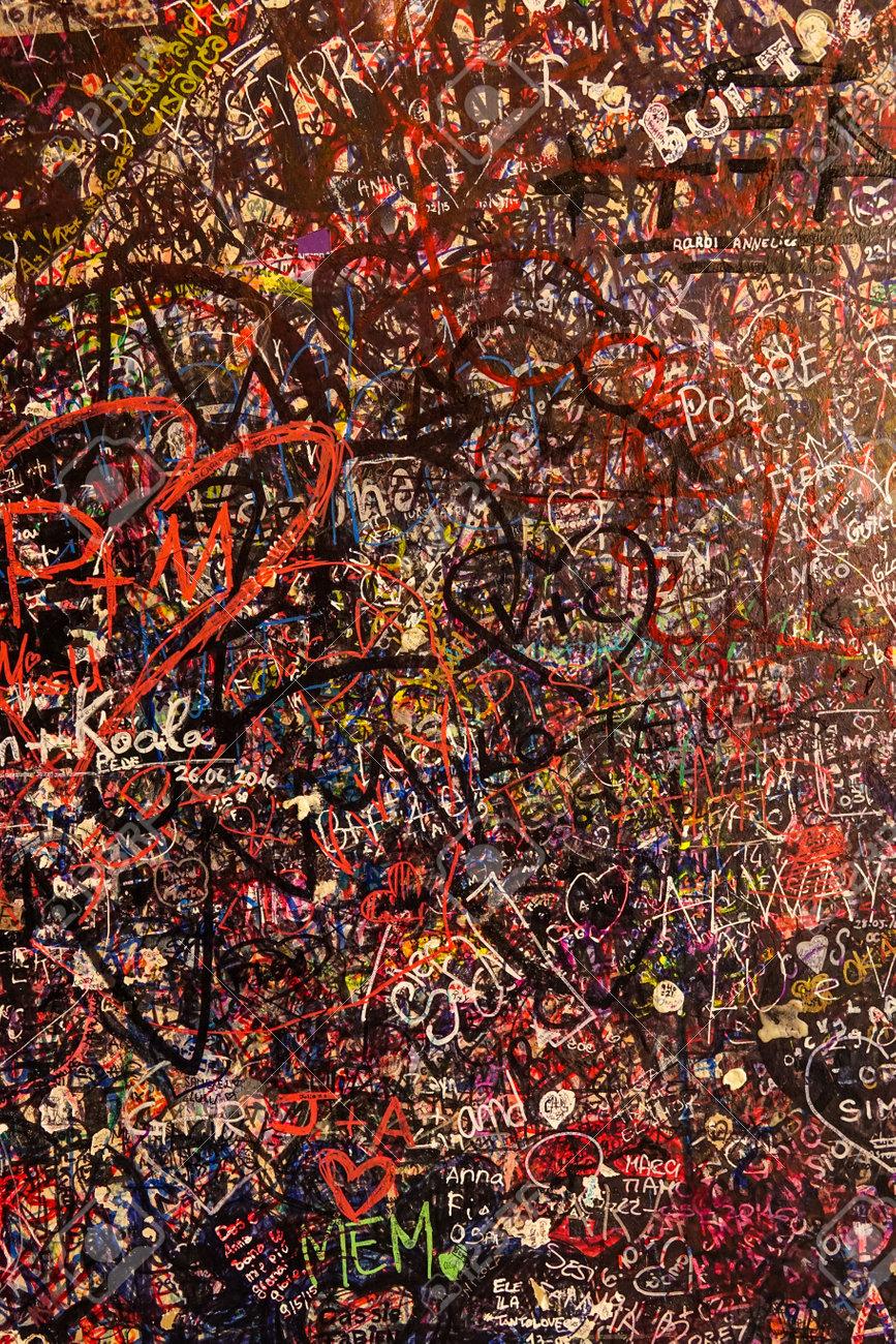 pared totalmente cubierto de graffitis amor a prueba en la casa de julieta en verona