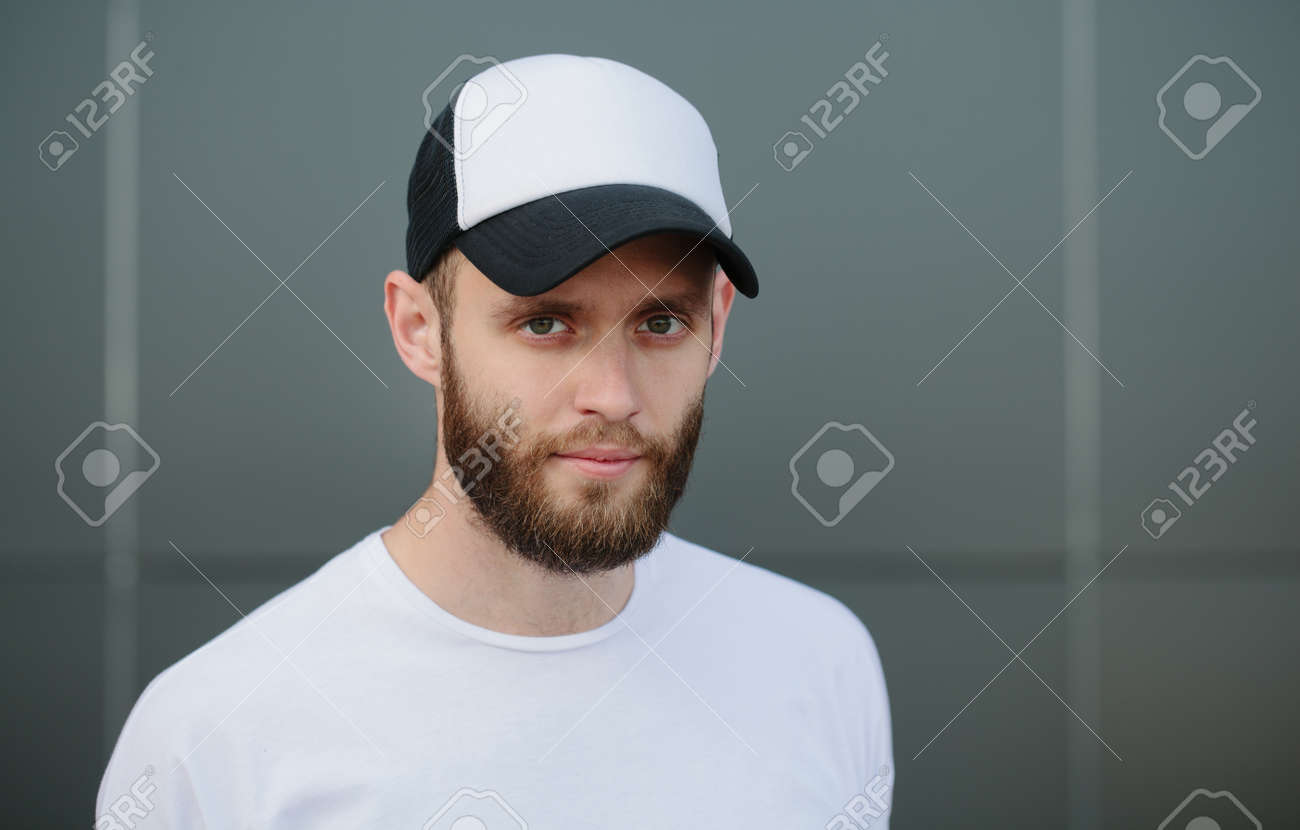 Hipster wearing white blank t-shirt and a cap - 61900051