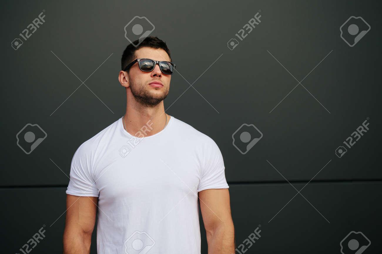 Man wearing white blank t-shirt - 62125336