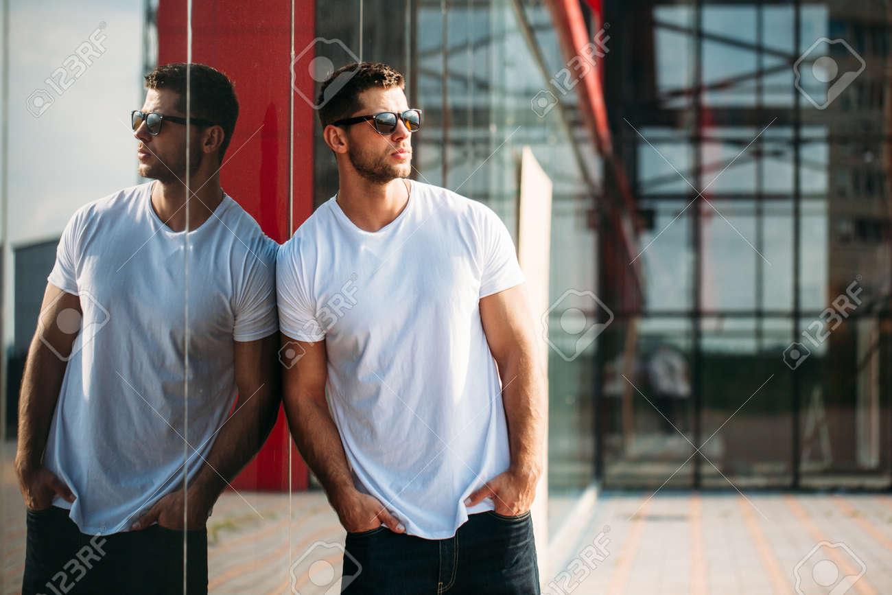 Hipster wearing white blank t-shirt - 62107130