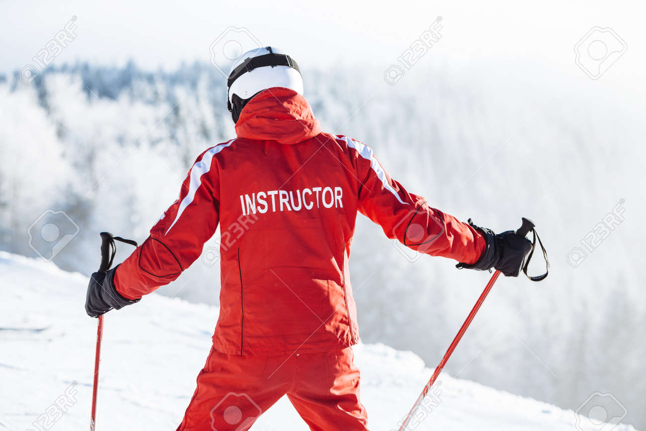 Ski instructor trains people - 68614563