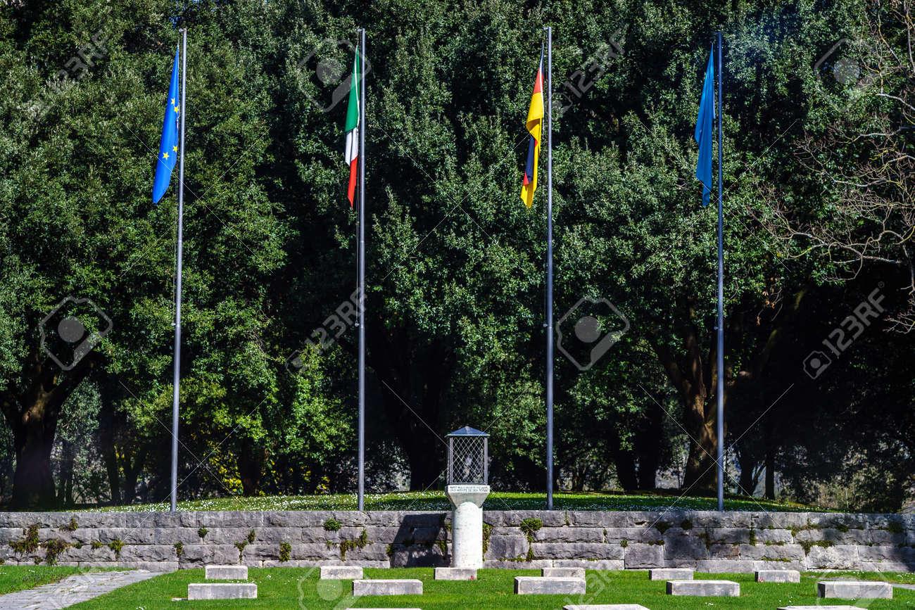 La Credenza In Tedesco : Il cimitero di guerra tedesco della città montecassino foto