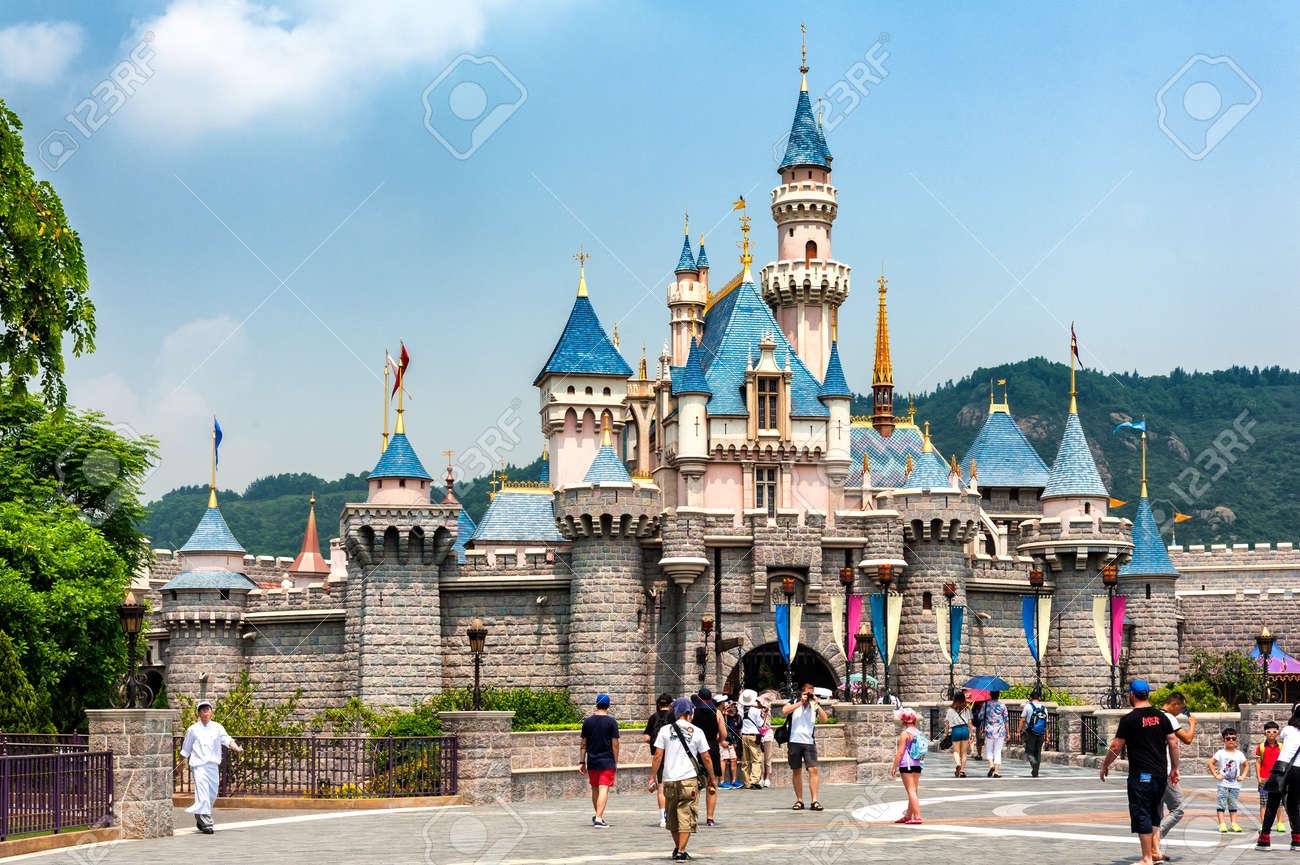 ディズニーランド、香港 - 7 月 8 日: 観光客を団結家族、ウォーキング