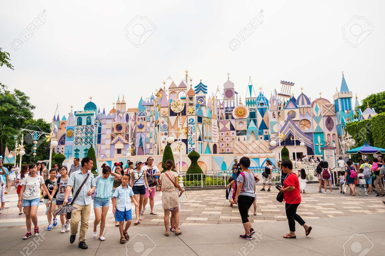 ディズニーランド、香港 - 7 月 8 日: 観光客が歩く家族団結ツアーや演奏