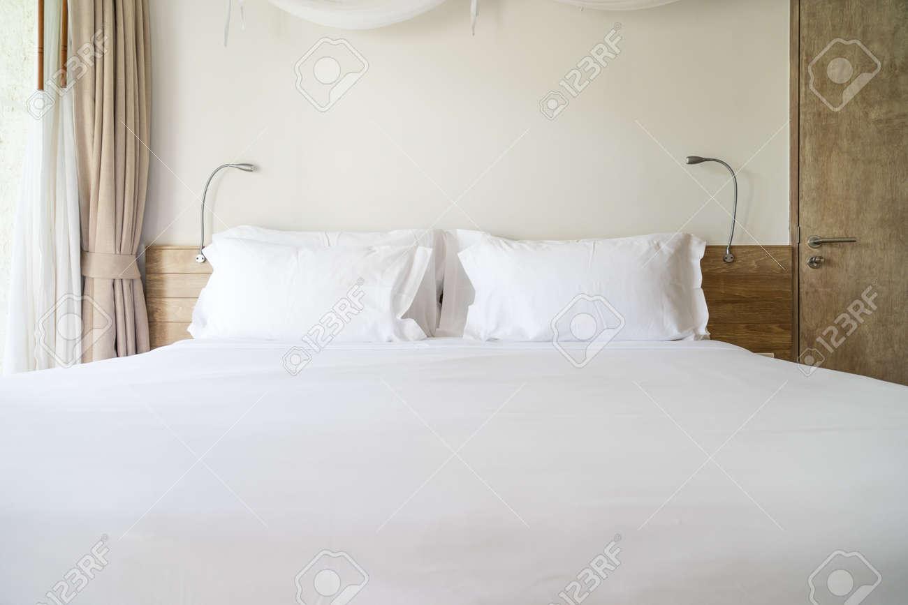 Moderne houten slaapkamer met wit hoofdkussen royalty vrije foto