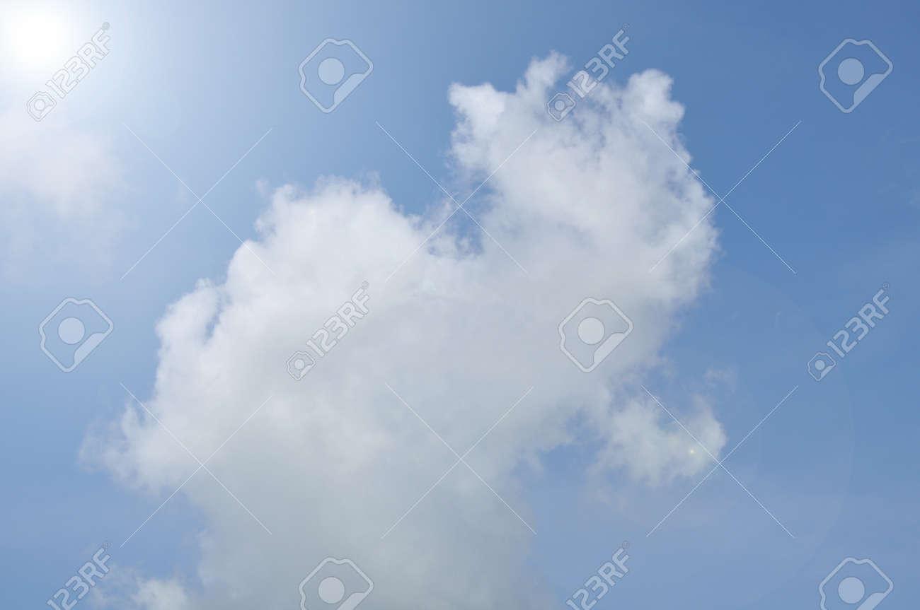 Weiße Wolke Mit Blauem Himmel Hintergrund, Blank Am Blauen Himmel ...