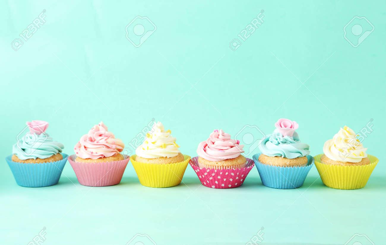 Geburtstag Cupcakes Auf Grunem Hintergrund Lizenzfreie Fotos Bilder