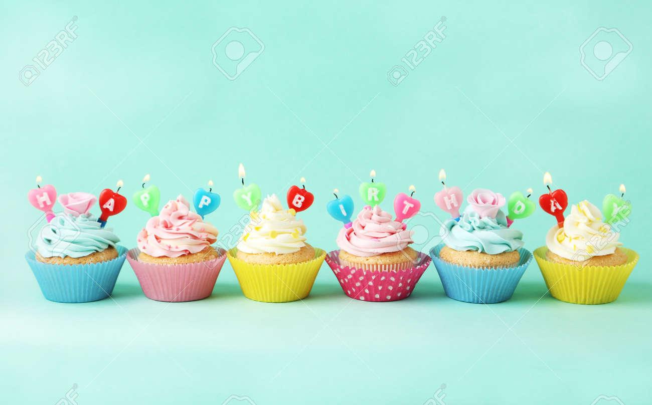 Geburtstag Cupcakes Mit Kerzen Auf Grunem Hintergrund Lizenzfreie