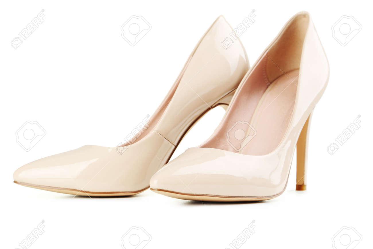 4c4c11176f Foto de archivo - Par de zapatos de tacón alto de las mujeres de color  beige aislado en un blanco