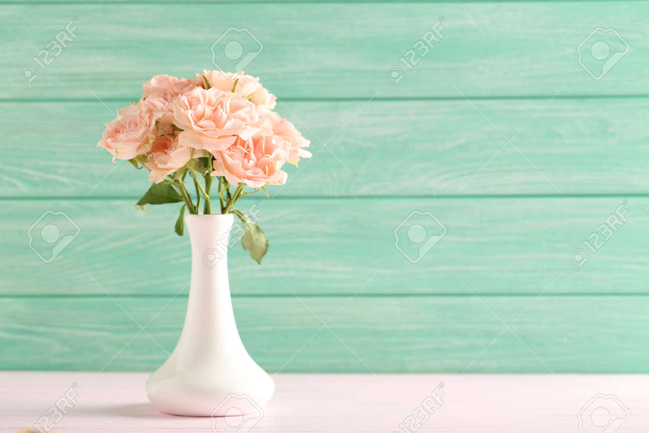 Bouquet of beautiful roses on a pink wooden table - 53393187