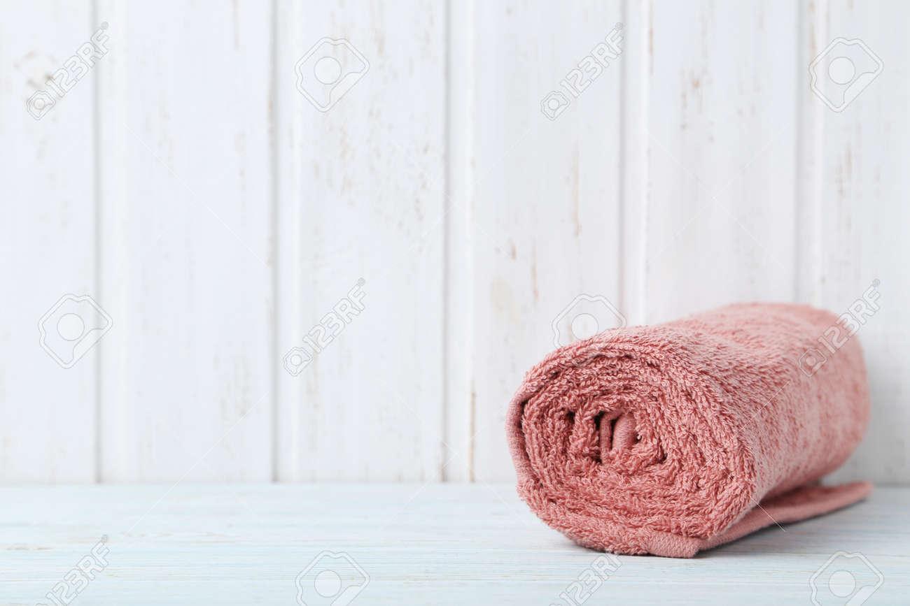 Handtuch Auf Weißem Holz Vertäfelung Hintergrund Lizenzfreie Fotos