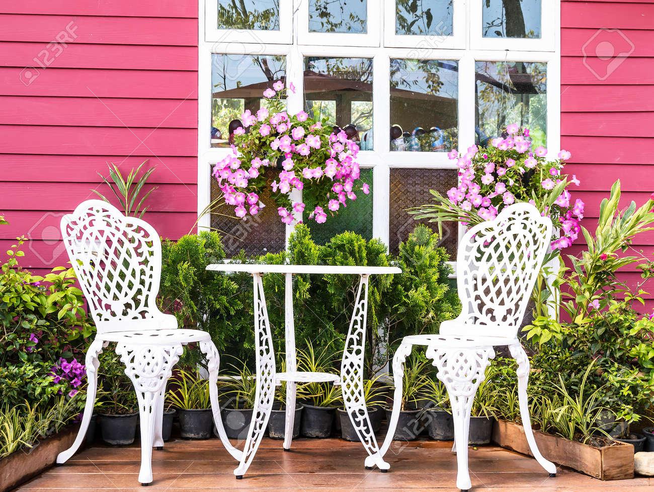Jardin Vintage Avec Du Blanc Table à Thé Et Chaises Banque D\'Images ...