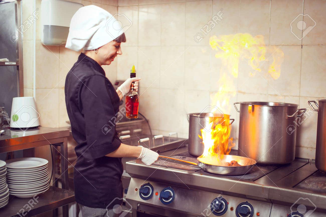 Chef Kochen Mit Feuer In Der Bratpfanne. Profi-Koch In Einer ...