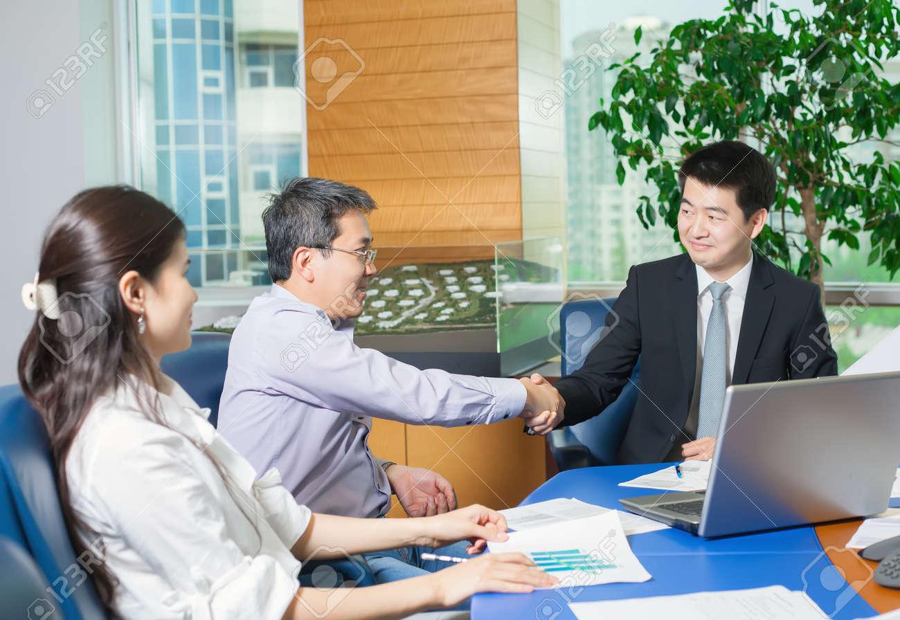 Réunion d affaires les asiatiques assis pour table avec plan d
