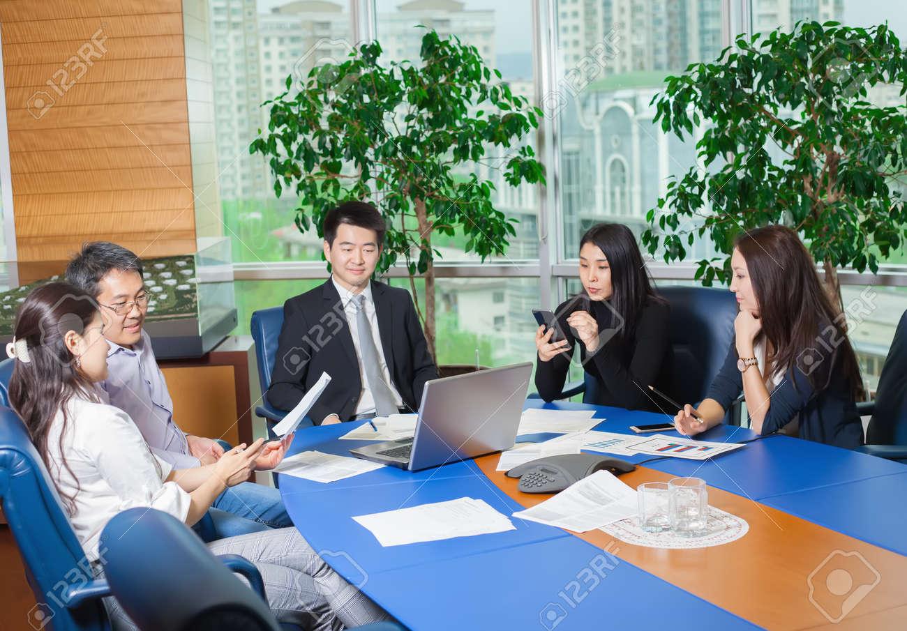 Bureau Pour Eleve : Réunion d affaires les asiatiques assis pour table avec plan d