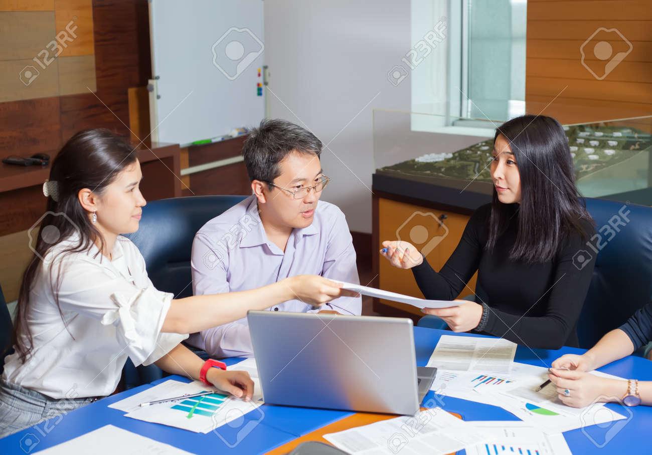 Réunion d affaires les gens asiatiques assis pour la table avec