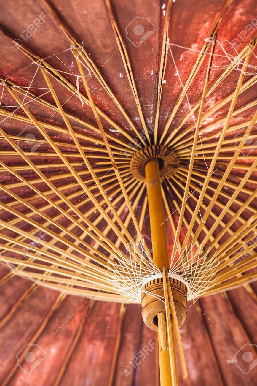 adecuado para hombres/mujeres comprar lo mas baratas Vista de cerca del marco de paraguas de bambú de paraguas tradicional de  papel