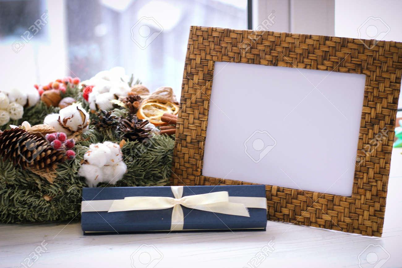 Cadre photo de bureau guirlande de noël et boîte cadeau sur le