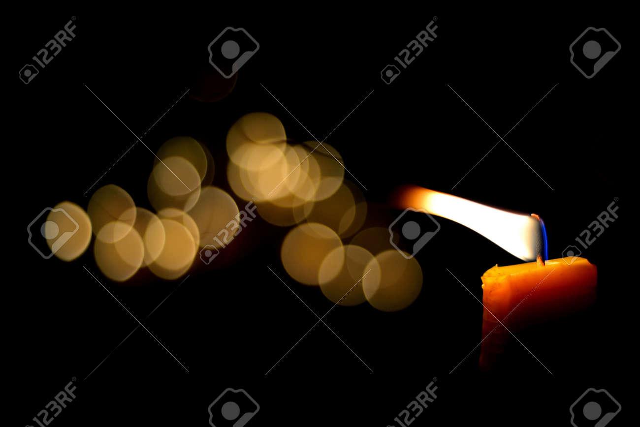 Una Vela De Llama En La Noche Con Bokeh Fotos, Retratos, Imágenes ...