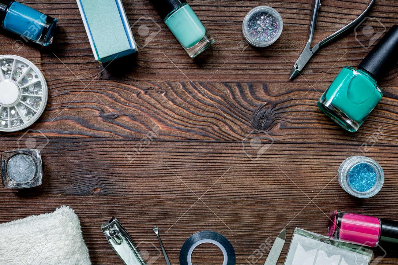 Bureau d ongles avec set de manucure et vernis à ongle pour les