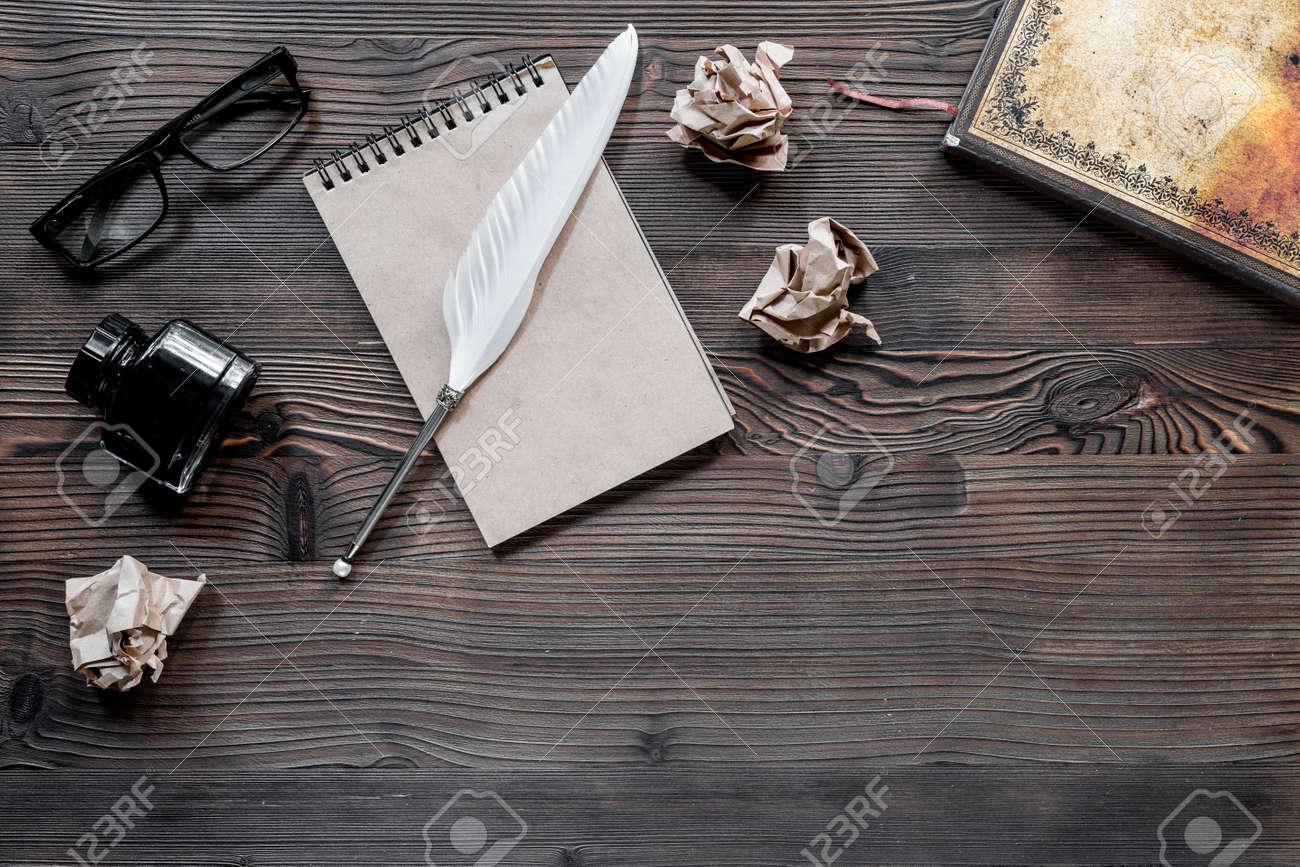 Concept D écrivain Stylo Plume Cahier Vintage Et Papier Froissé Sur La Vue De Dessus De Table En Bois
