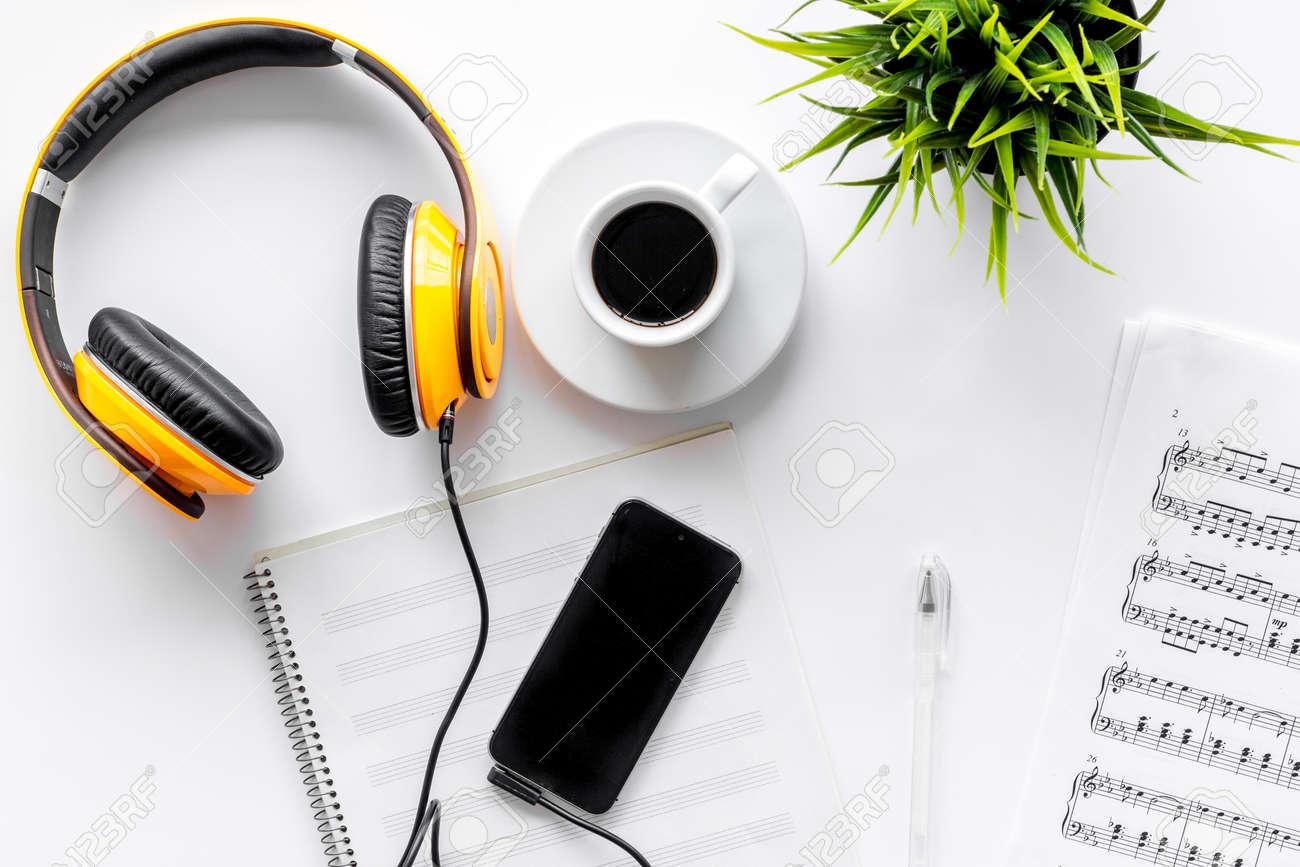 Bureau de musicien pour le travail de songwriter avec écouteurs et