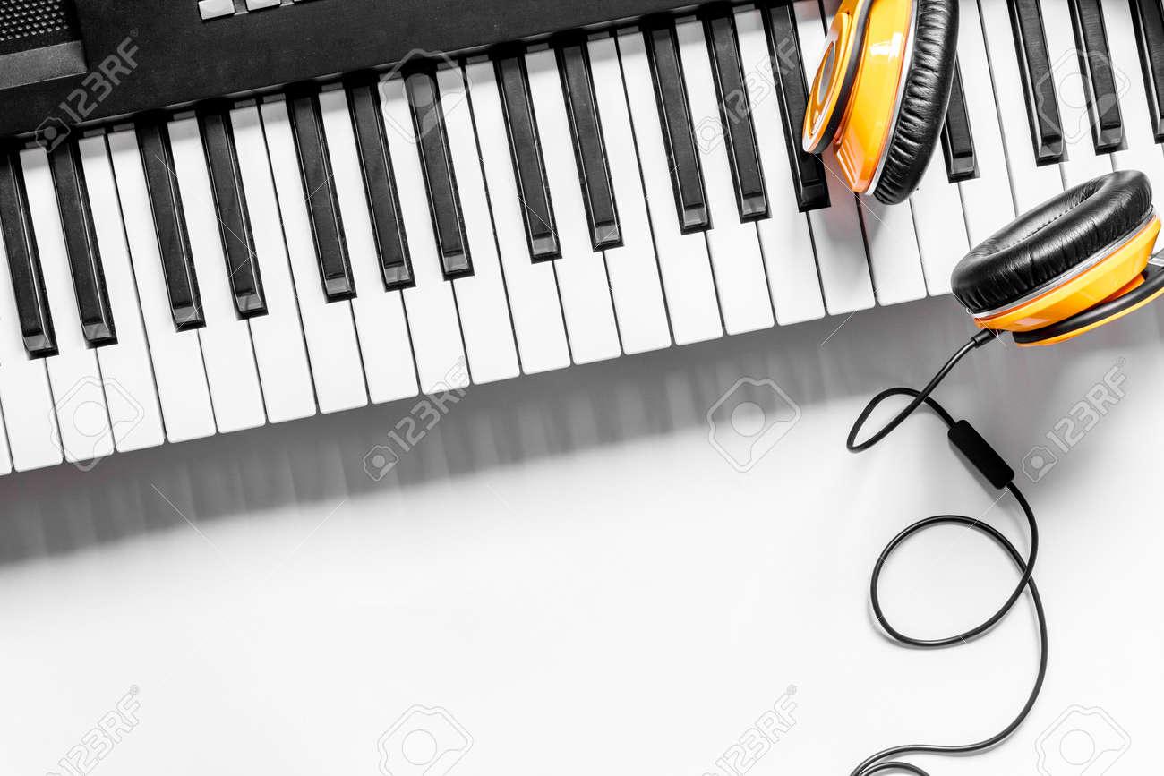 Carnet et clavier de musique sur le bureau de studio de musique