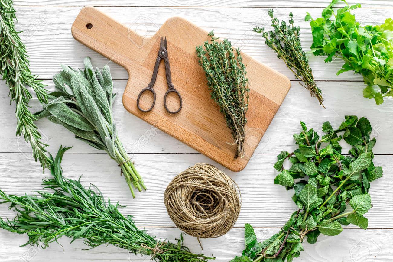 Herbes Fraiches Et De La Verdure Pour Les Epices Et La Cuisson Sur