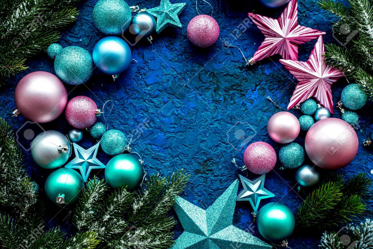 Marcos Para Fotos De Arbol De Navidad.Marco De Decoracion De Arbol De Navidad Con Bolas Y Estrellas Juguetes De Ano Nuevo En Fondo Azul Espacio De Vista Superior Para Texto
