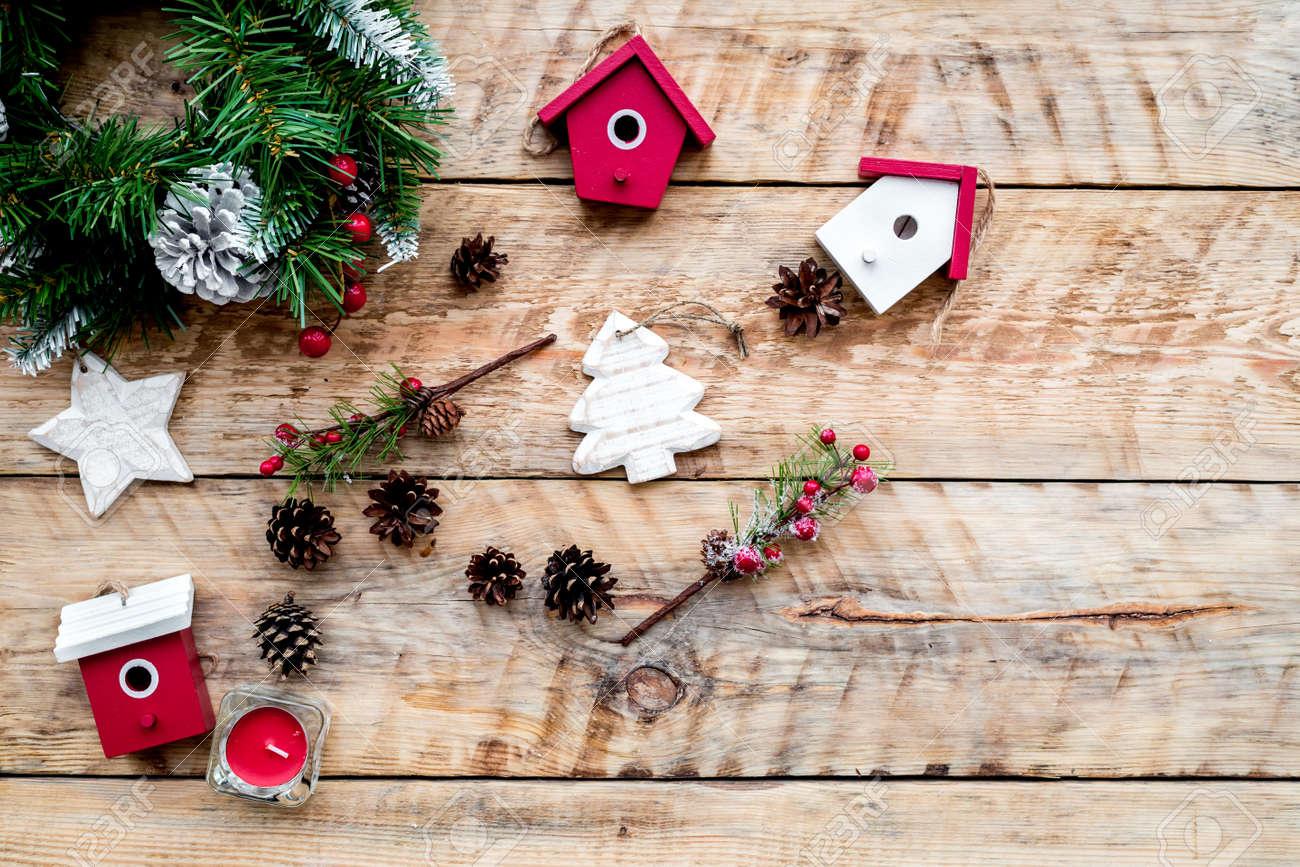 Versier het huis voor kerstmis. kroon en speelgoed op lichte houten