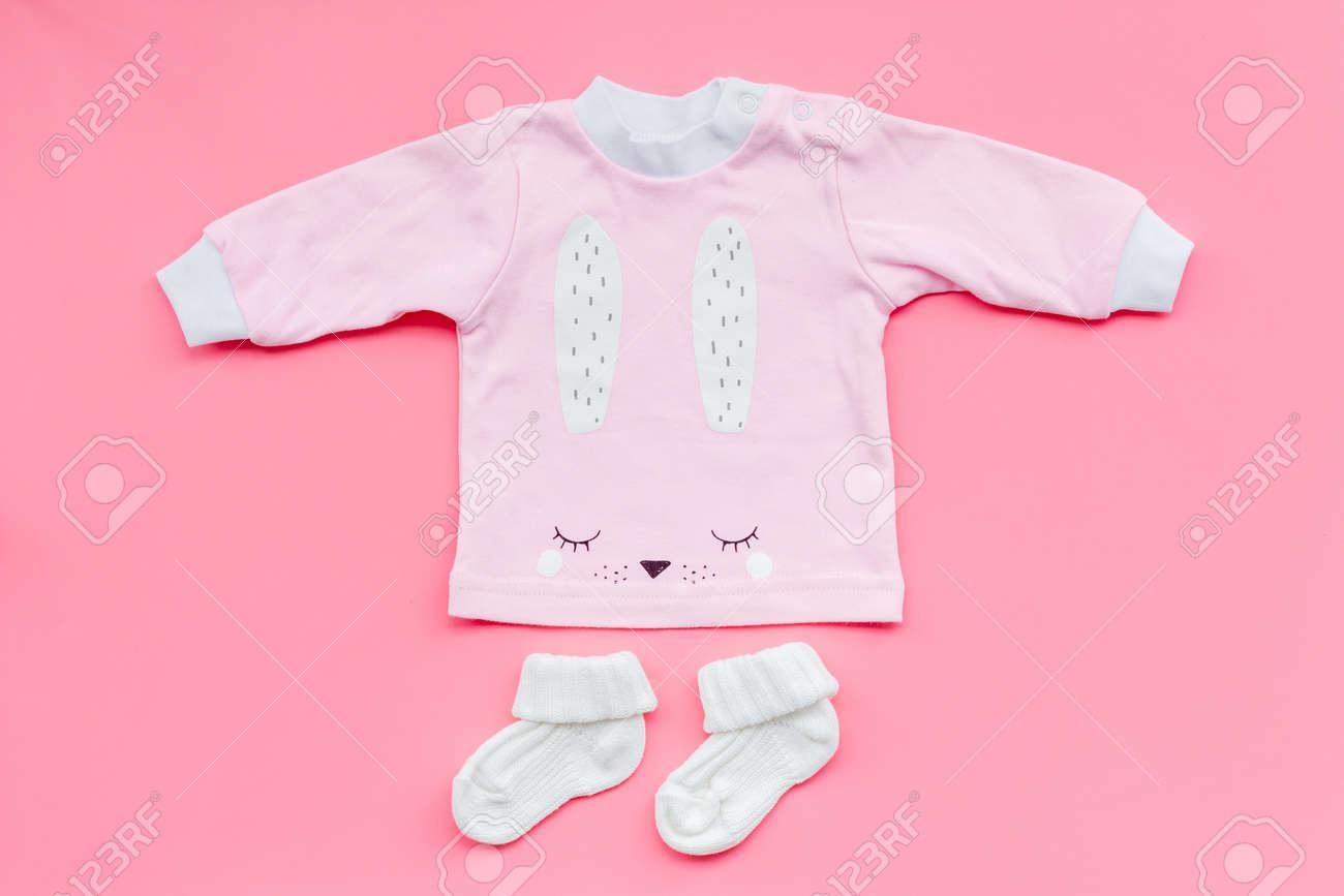 descuento hasta 60% super popular comprar oficial Recién nacido recién nacidos . ropa para niña con botines en el fondo de  color rosa vista superior