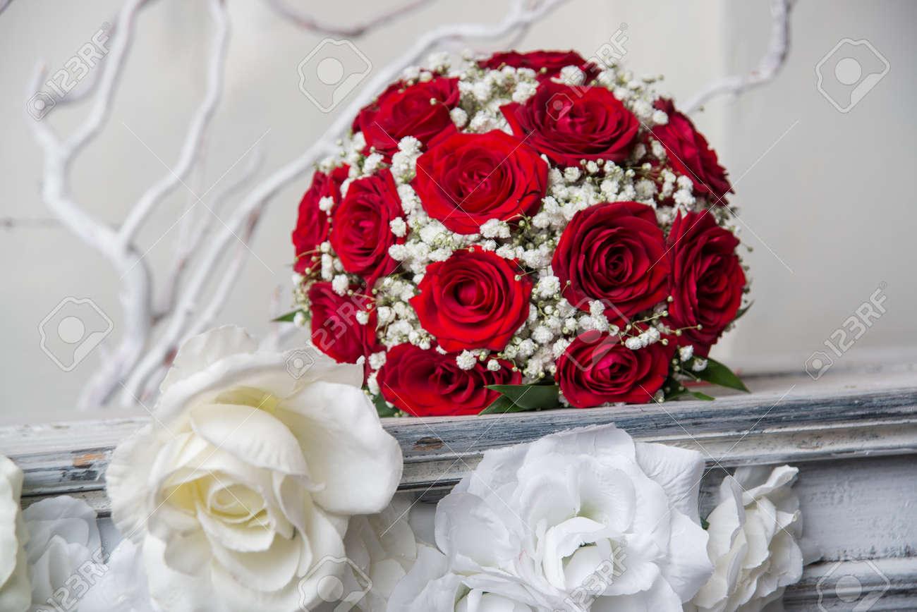 Brautstrauss Aus Roten Rosen Lizenzfreie Fotos Bilder Und Stock