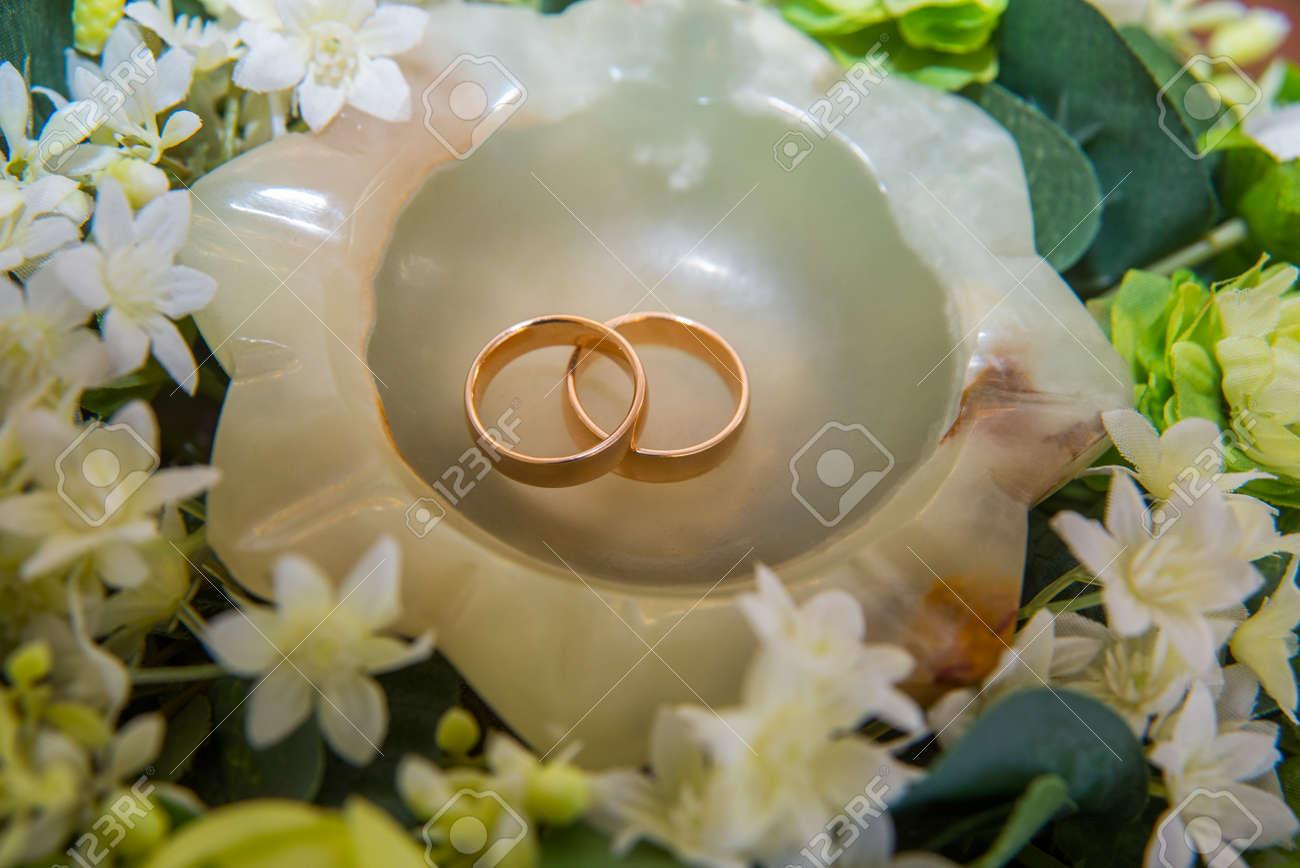 Zwei Schone Goldene Hochzeit Ringe Fur Das Paar Liegen Auf Einer