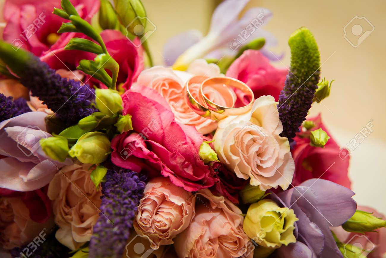 Zwei Schone Goldene Hochzeit Ringe Liegen Auf Einem Blumenstrauss