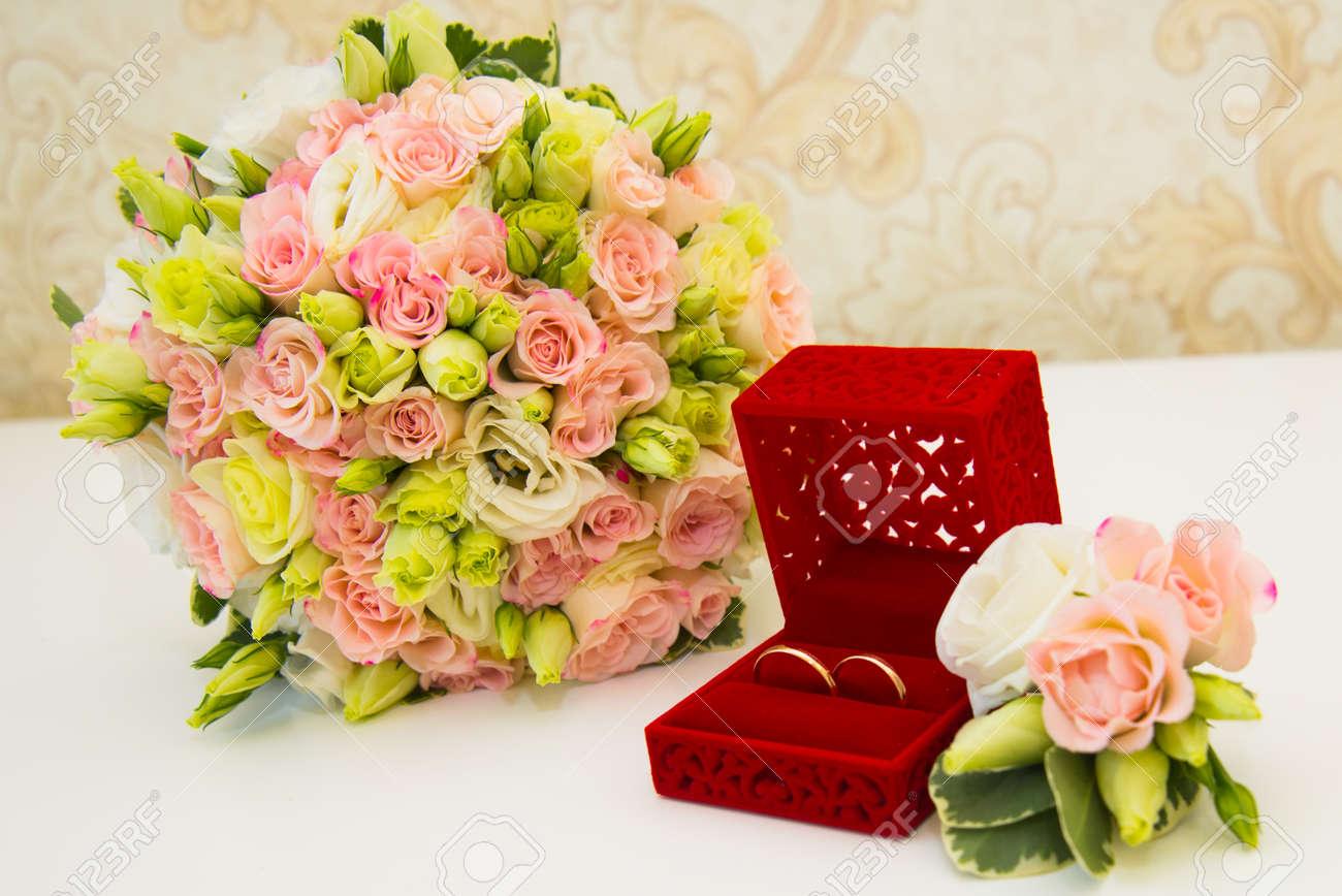 Bague De Mariage En Or Boite Rouge Boutonniere De Marie Et Un Bouquet De Fleurs Mariee Sur La Table