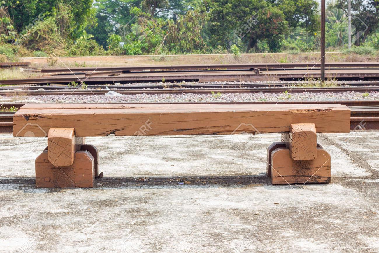 Bench Hecha De Durmientes De Ferrocarril De Edad En La Estación De ...