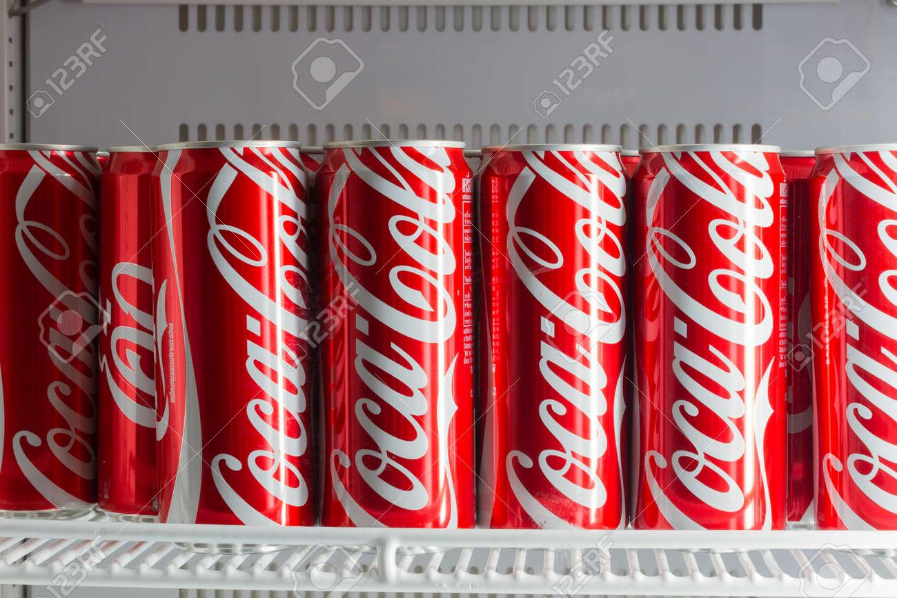 Kühlschrank Coco Cola : Chiang rai thailand april aluminiumdosen rotes coca cola im