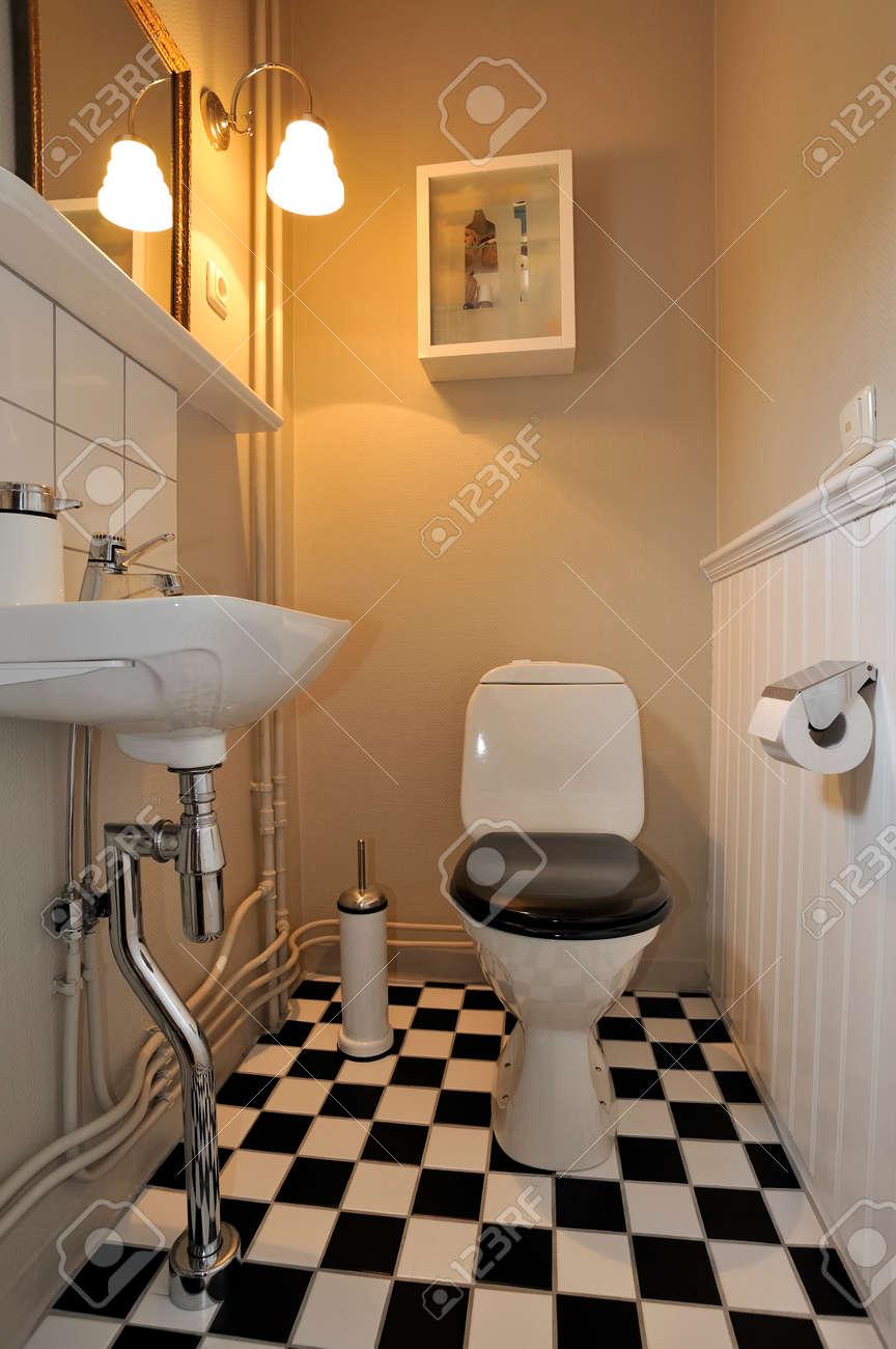 Intérieur de salle de bain noir et blanc élégant avec carrelage au sol  vérifié