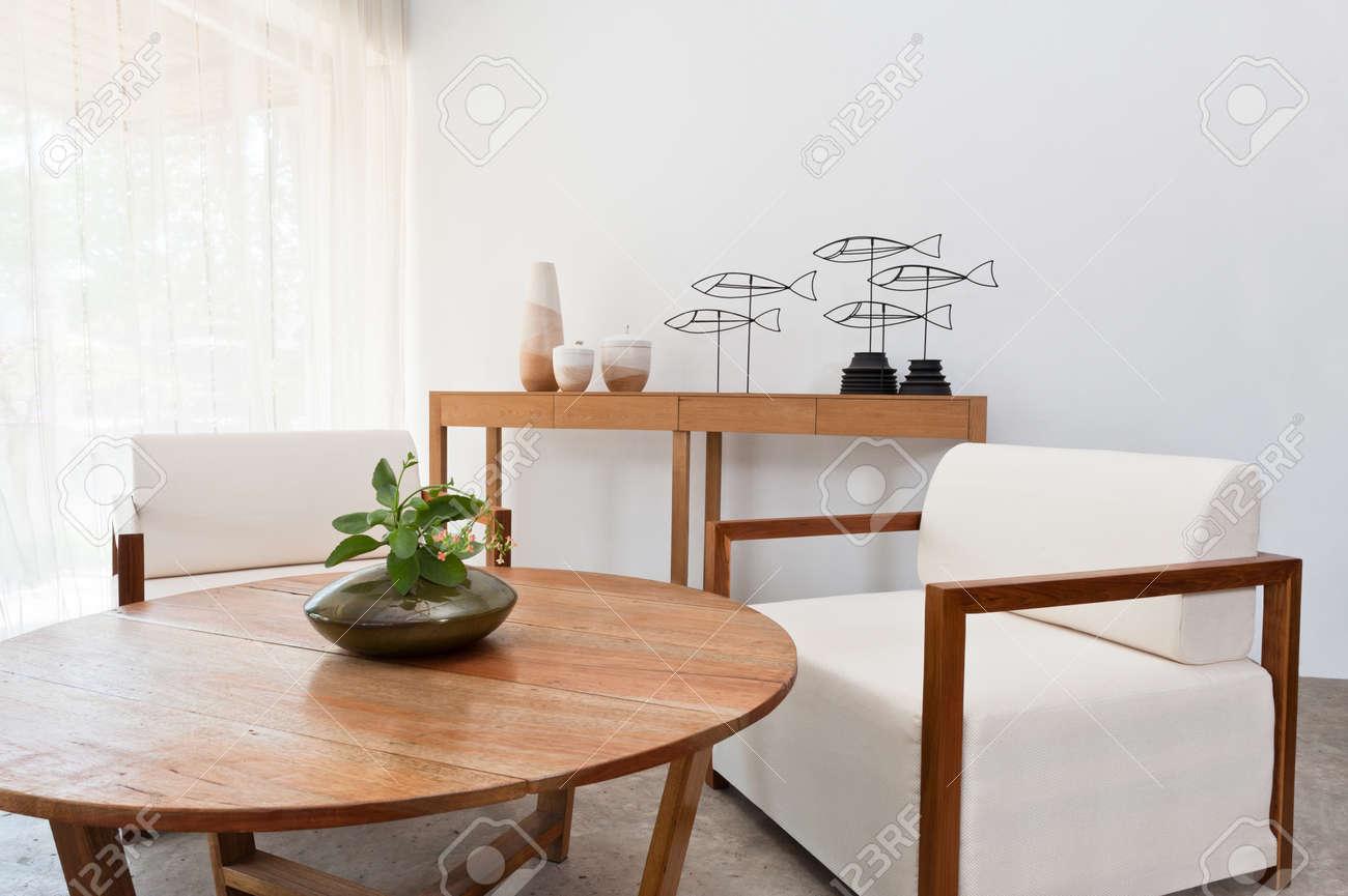 Hellbraun Weisse Mobel In Einem Wohnzimmer Lizenzfreie Fotos Bilder