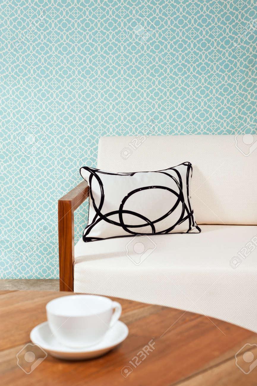 Heldere Witte Meubels In Een Woonkamer Met Turquoise Blauw Behang ...
