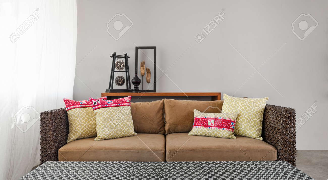 Beige Braune Sofa Im Luxuriösen Interieur Einstellung Und Schöne Kissen  Standard Bild   25927302