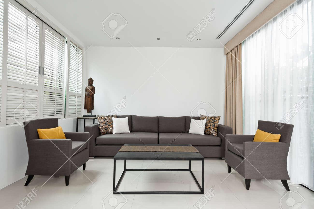 luminoso soggiorno con divano grigio e decorazione minimalista ... - Soggiorno Luminoso