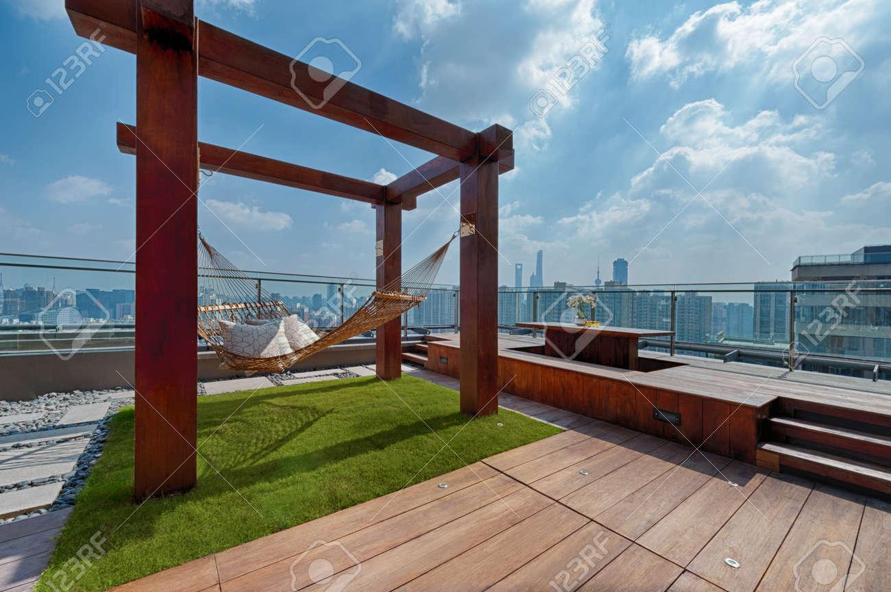 Toit Terrasse Avec Hamac Sur Une Journée Ensoleillée à Shanghai