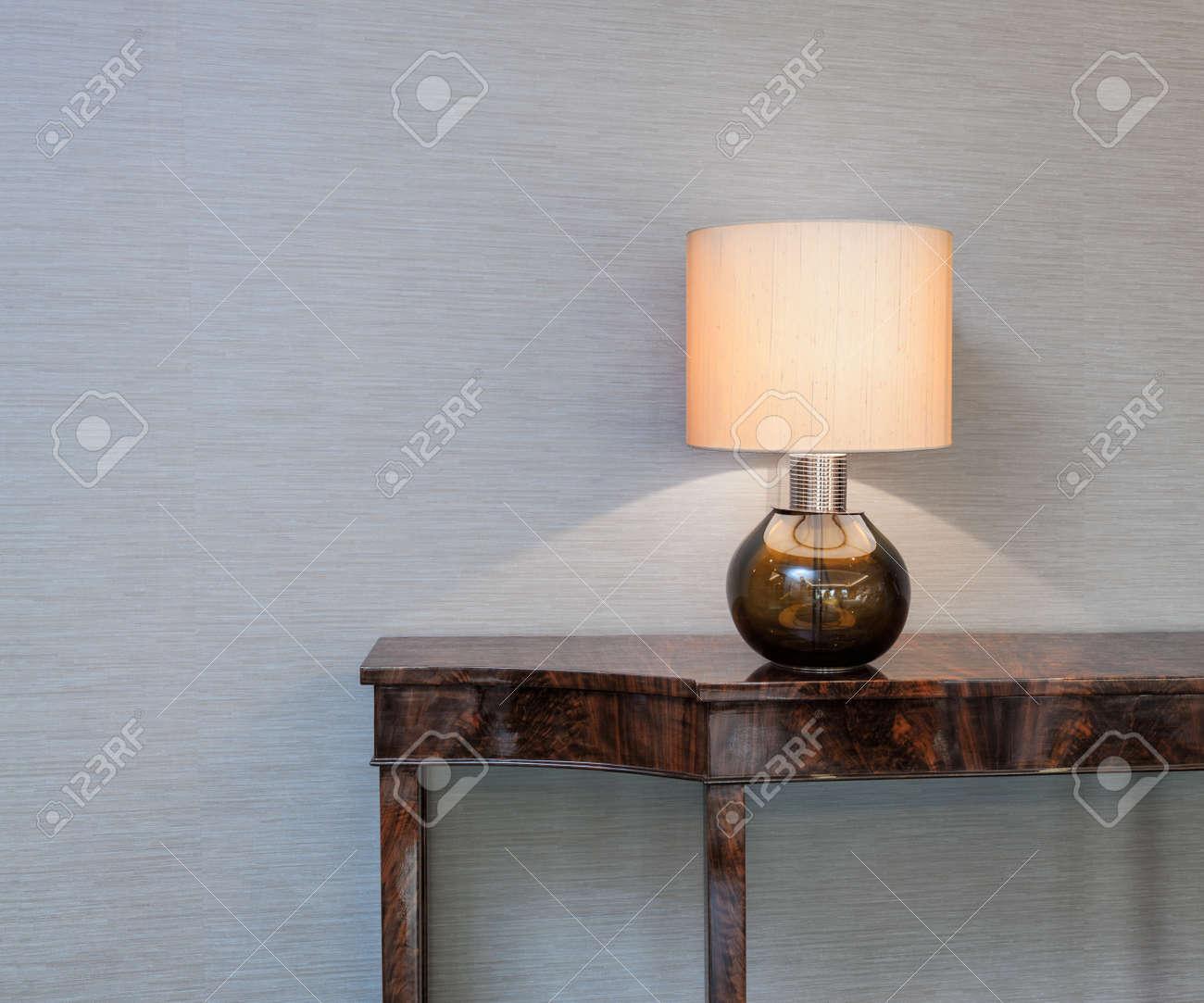 de de frente pared lámpara una con mesa en Aparador gris m8w0nvNO