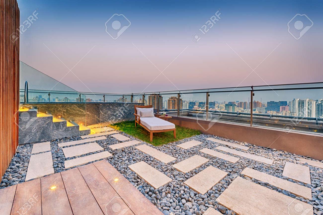Toit Terrasse Avec Jacuzzi Et Bain De Soleil Au Crepuscule Banque D