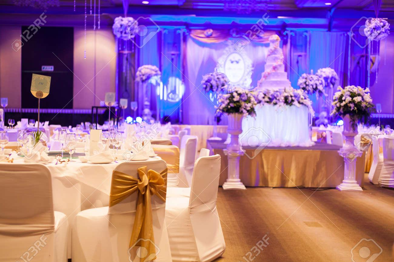Celebrazione del matrimonio con torta, tabella di banchetto. fiori ...
