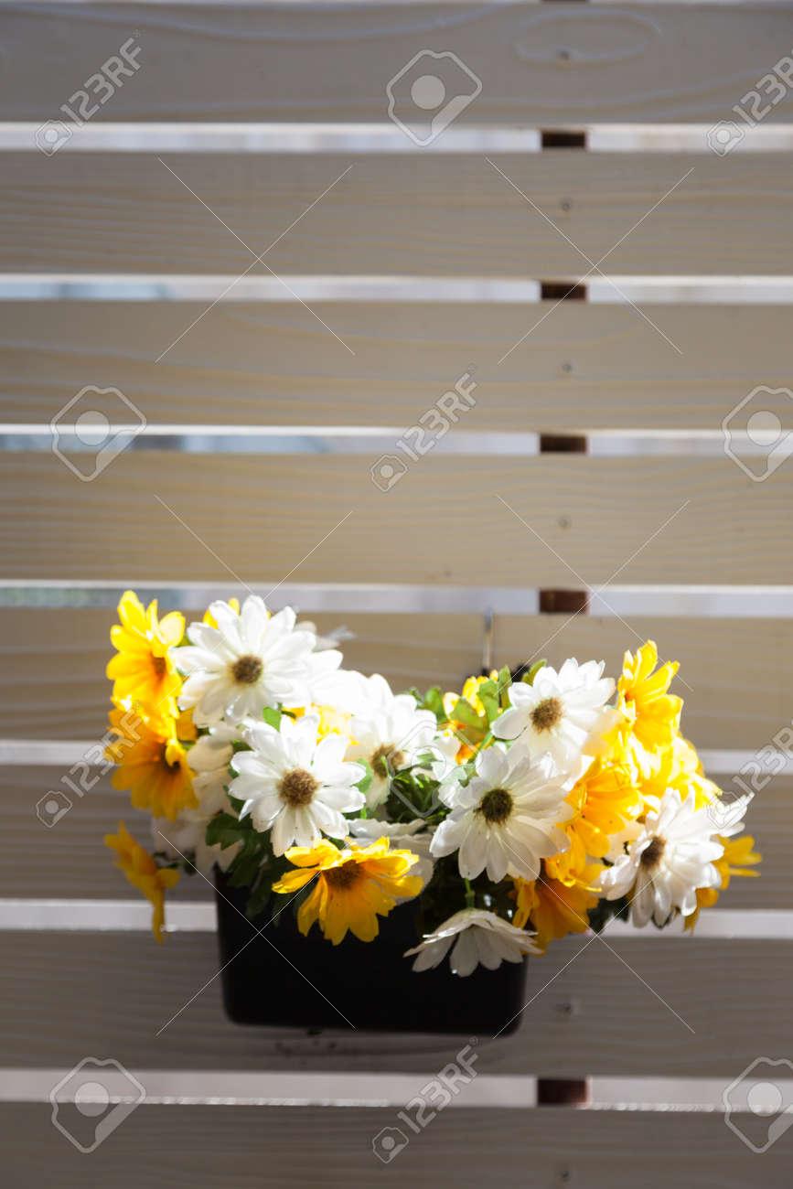 Jarrón De Flores En El Balcón Terraza De Madera Blanco El